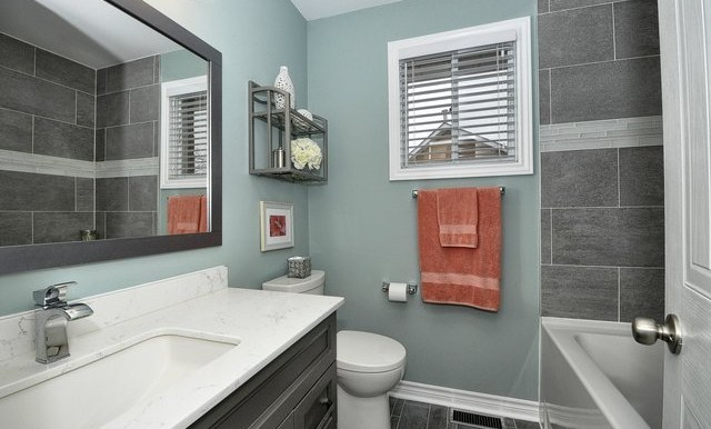 31-Upper Bathroom