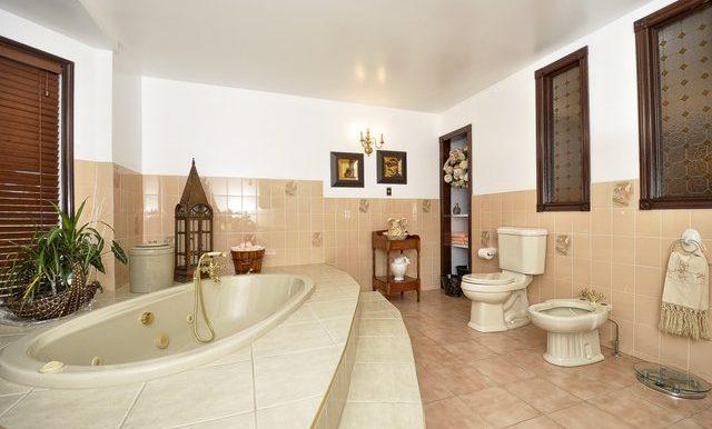 40-Upper Bathroom View
