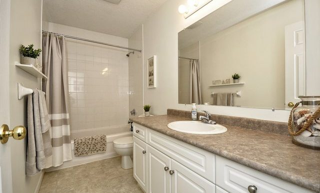 25-Upper Bathroom