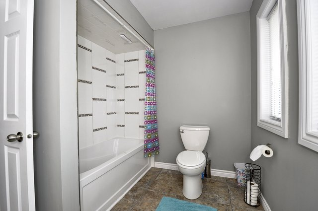 31-Upper-Bathroom-View