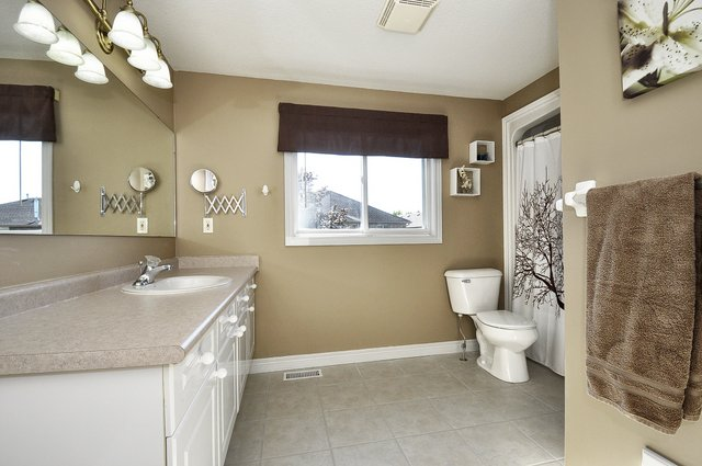 35-Upper-Bathroom